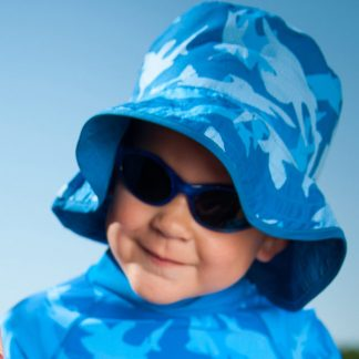 Baby Banz Adventure Banz Blue sunglasses on a boy.