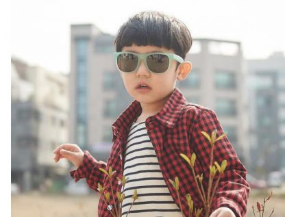 Boy wearing JBanz Chamelon Blue-> Green colour-change sunglasses