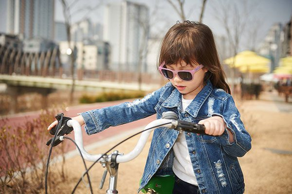 Girl wearing JBanz Chamelon Green -> Pink sunglasses