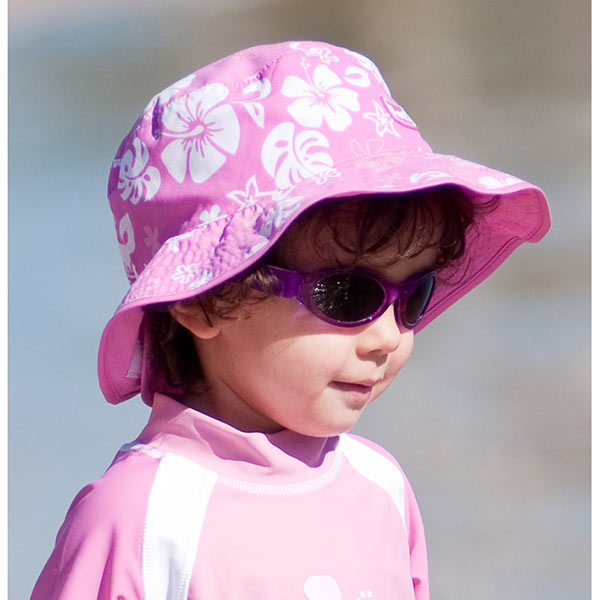 Girl in Reversible Sunhat - Pink Turtle
